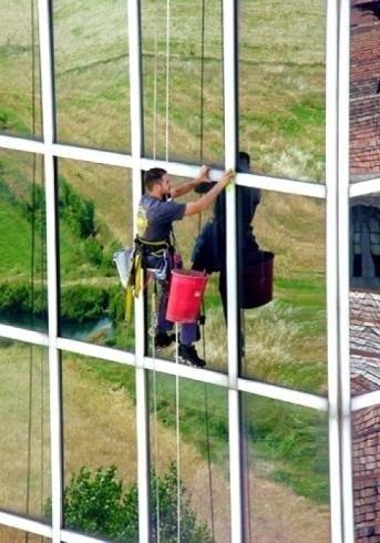Pulizia di pareti finestrate