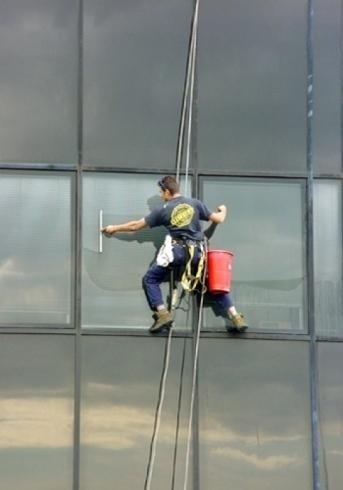 Lavaggio vetrate con funi