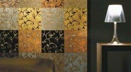 parete con mattonelle in ceramica di fantasia