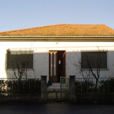 una villetta bianca con una porta in legno