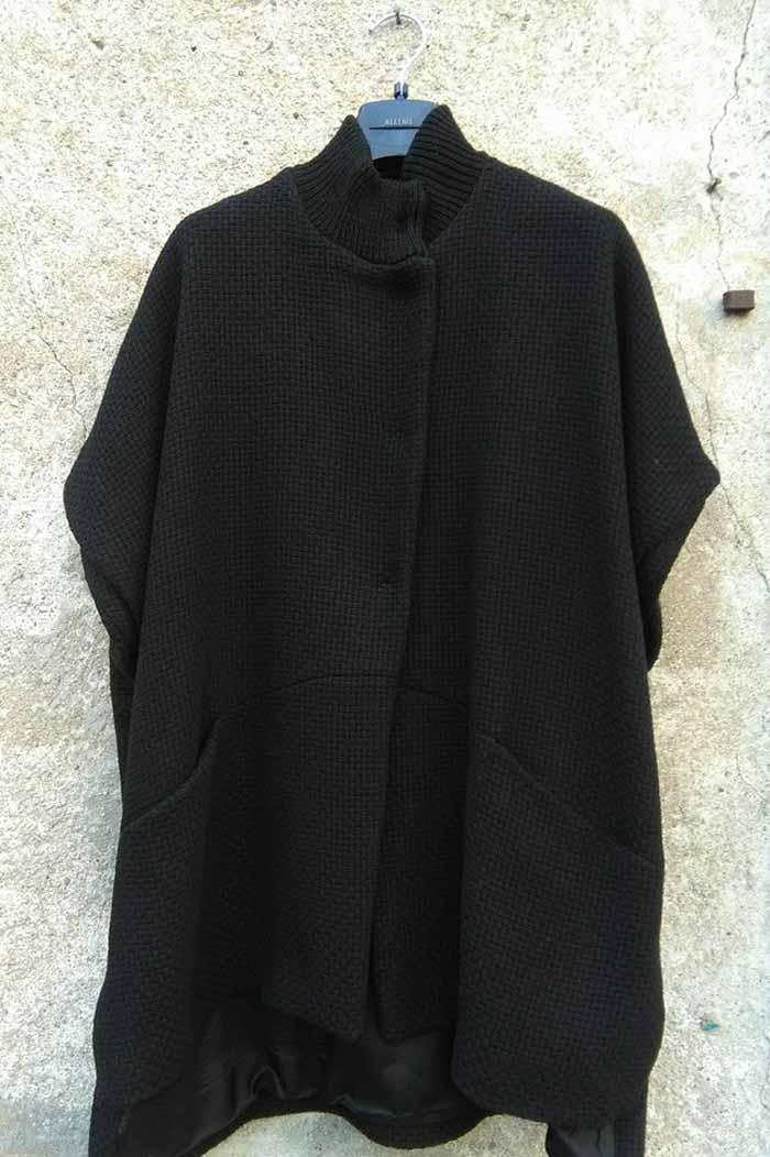 cappotto donna appeso a una gruccia