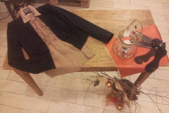 tavolo in legno con cappotto e maglia elegante
