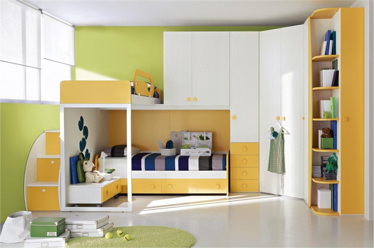 una camera con mobili viola chiaro e un armadio a ponte con sotto un divano letto con un cassetto