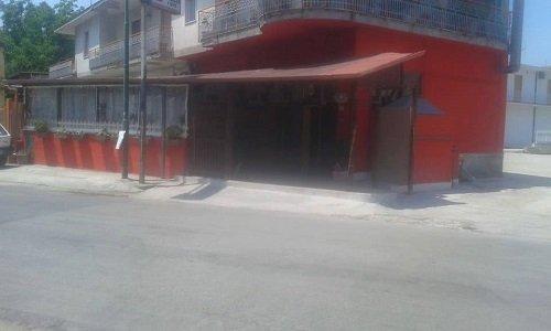 un edificio rosso visto da fuori