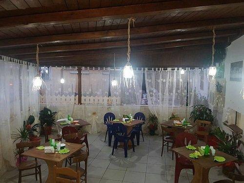 interno di un locale con tavoli e sedie di legno