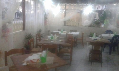 tavoli e sedie all'interno di una pizzeria