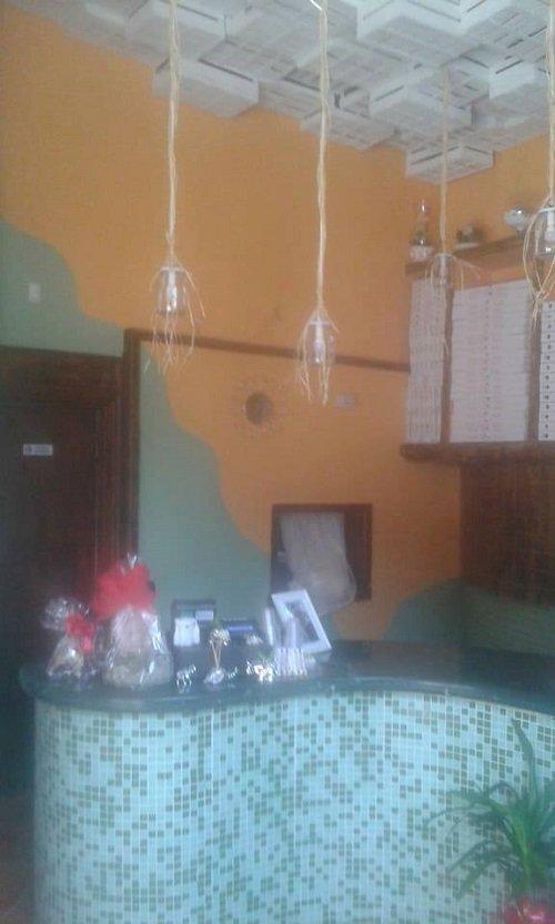 un bancone di  con piastrelle a mosaico e due lampade a sospensione sul soffitto