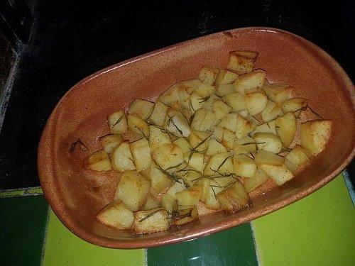 un piatto di patate al forno