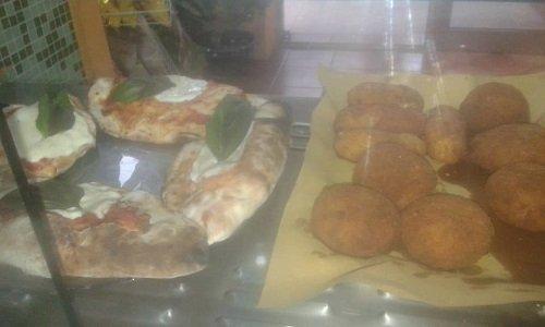 delle crocchette e delle fette di pizza