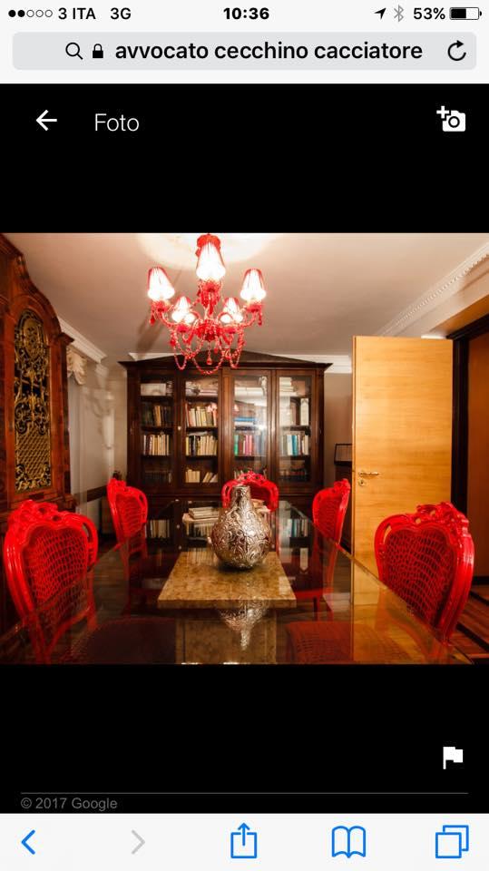 vista interna di un ufficio con  lampadina in soffitto, libreria e mobili