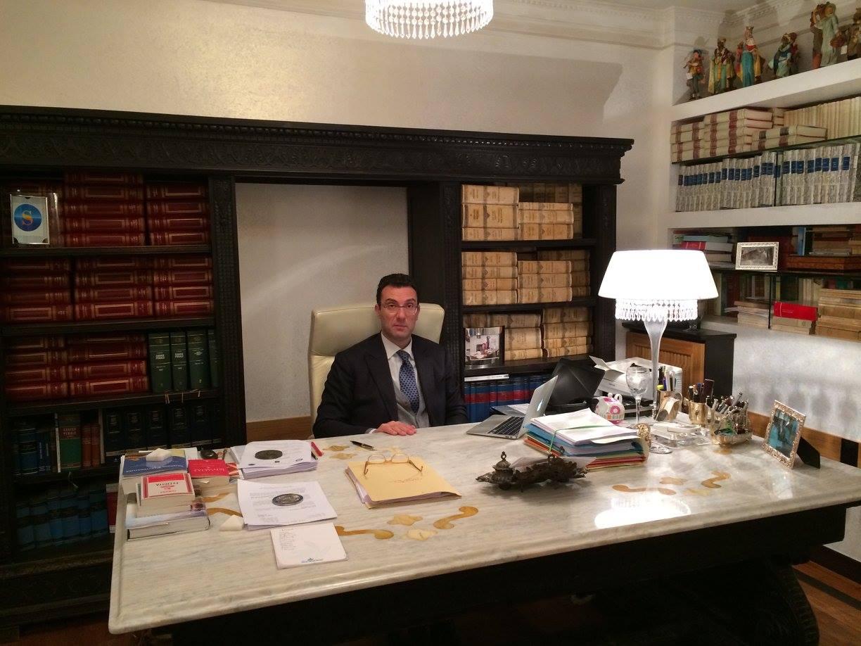avvocato mentre lavora in studio legale
