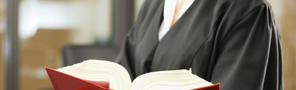 un avvocato in tunica con un libro di legge