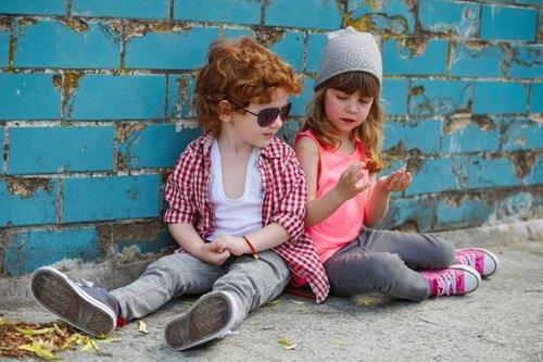 due bambini vestiti casual