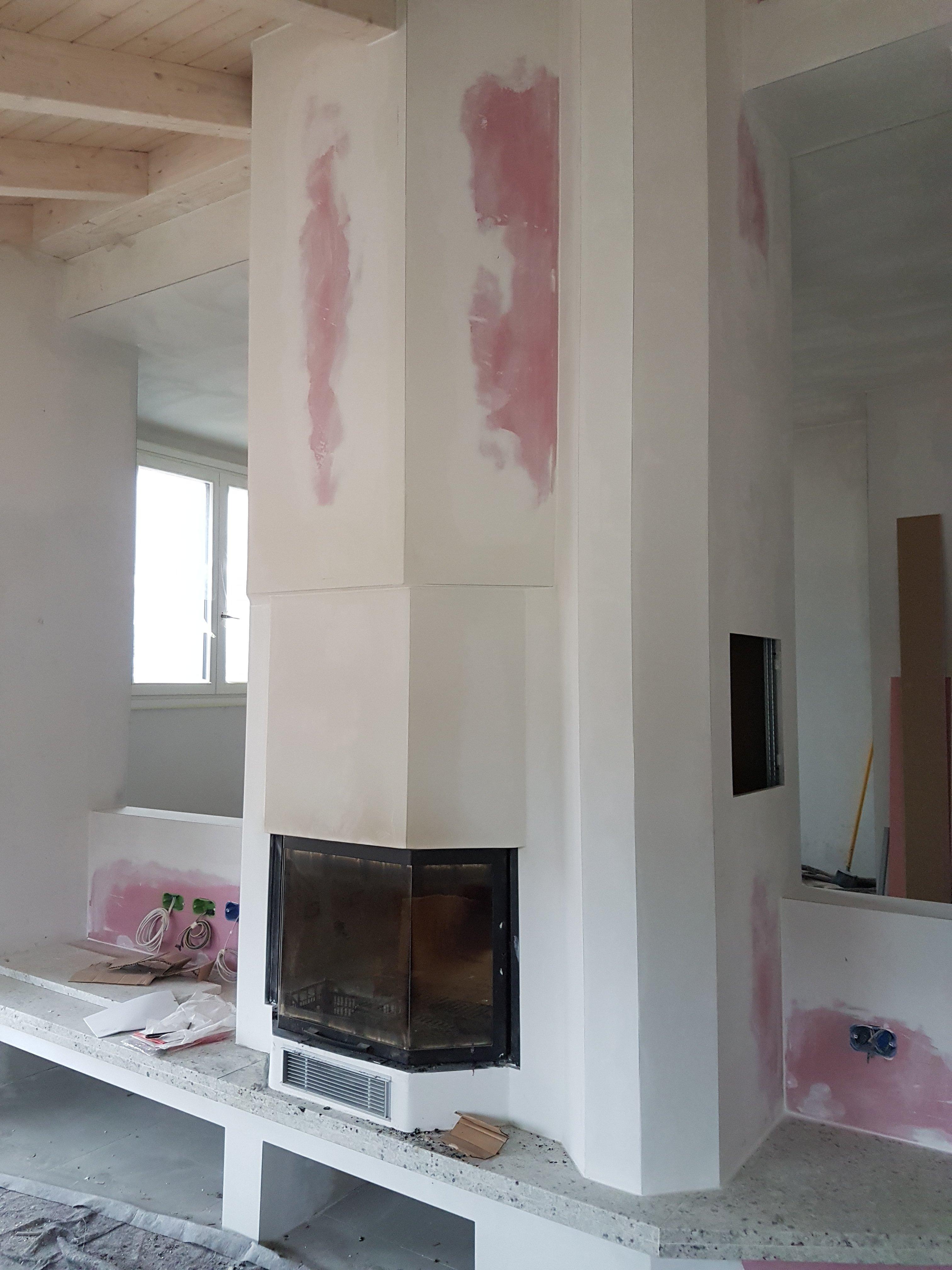 parete in cartongesso bianca con pennellate rosa