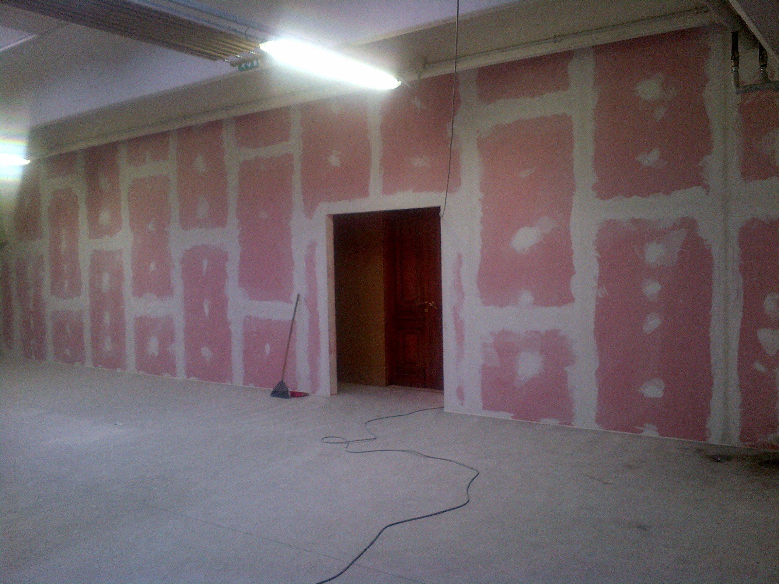 parete bianca e rosa da ridipingere