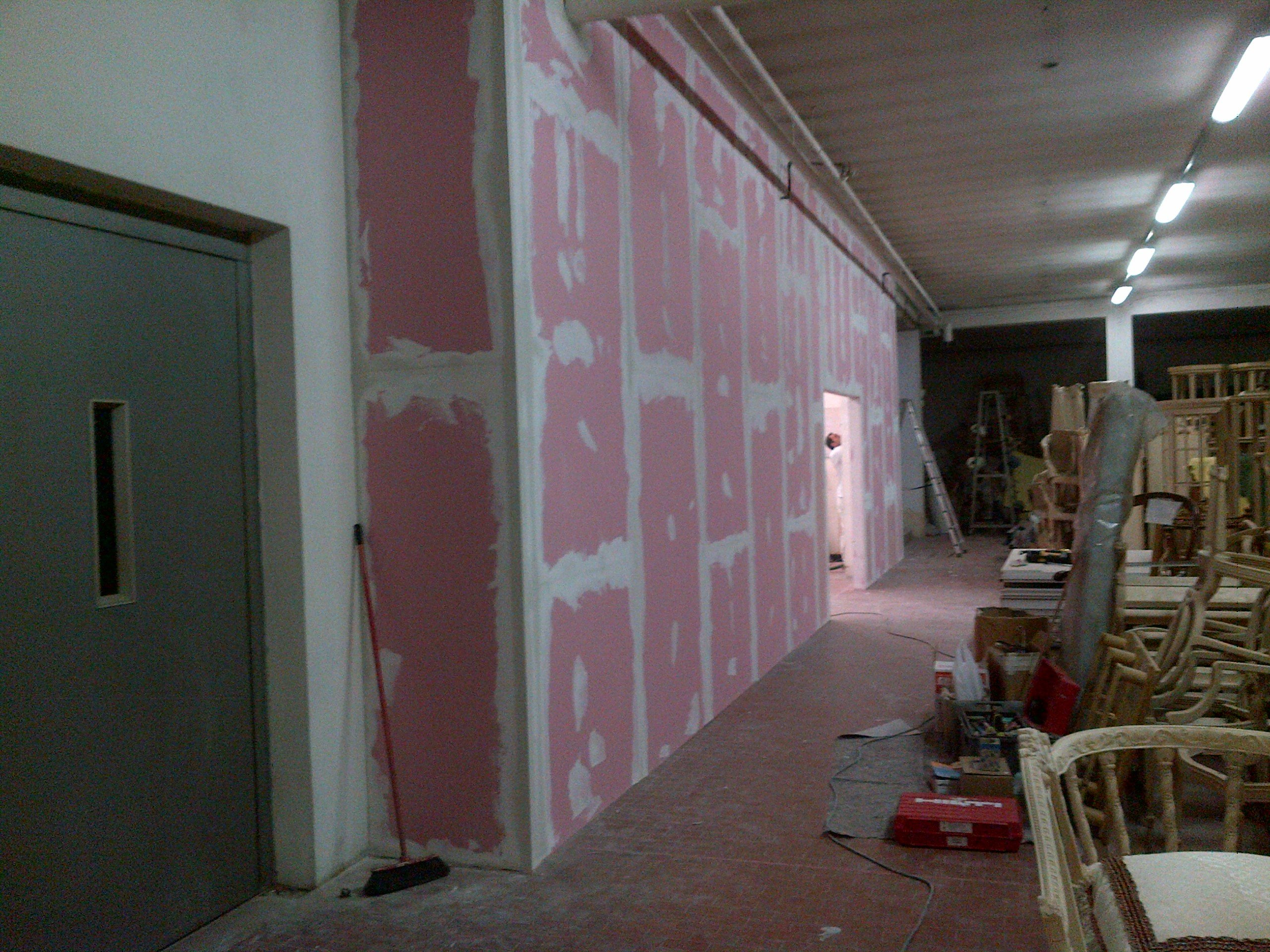 parete in cartongesso bianca e rosa da ridefinire