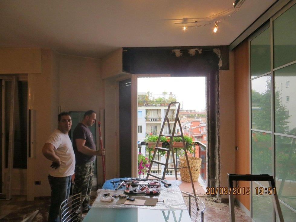 due muratori al lavoro durante la ristrutturazione a un appartamento