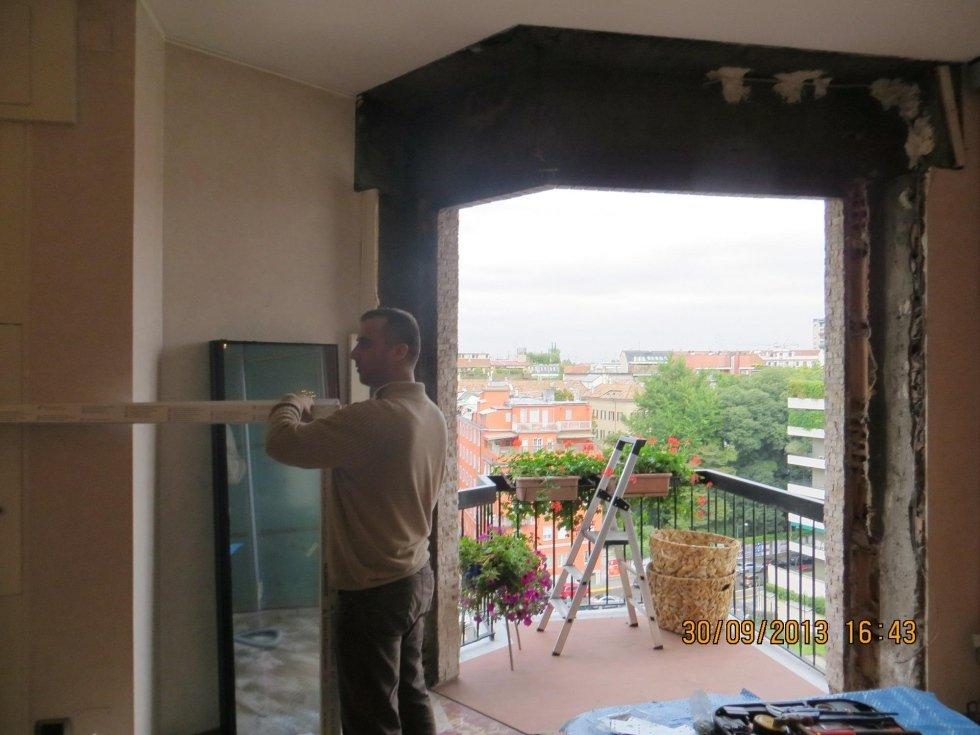 operaio mentre ristruttura un appartamento