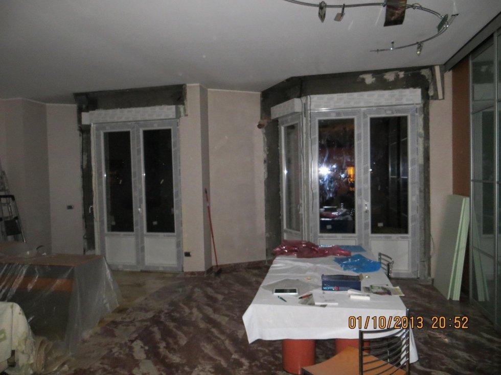 vista frontale di due porte-finestre con tapparelle chiuse