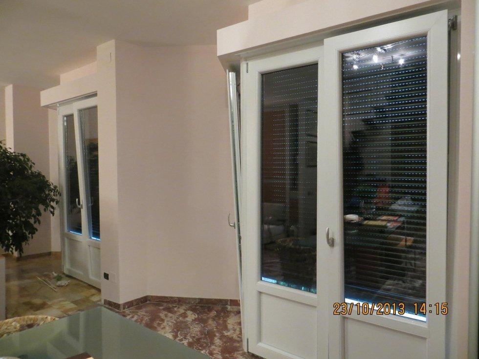 due porte-finestre con tapparelle chiuse
