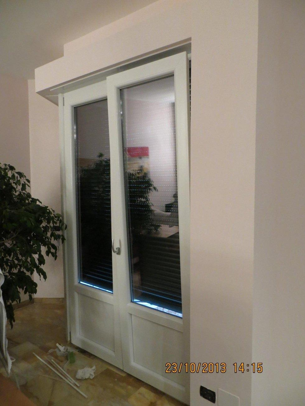 vista laterale di una porta finestra a vasistas
