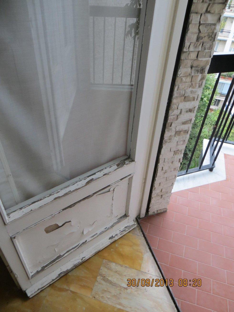 vernice della finestra sbucciata