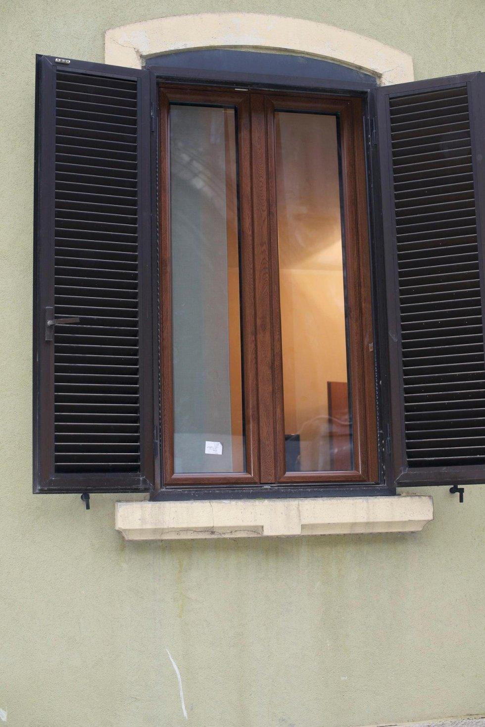 finestra in legno con persiana