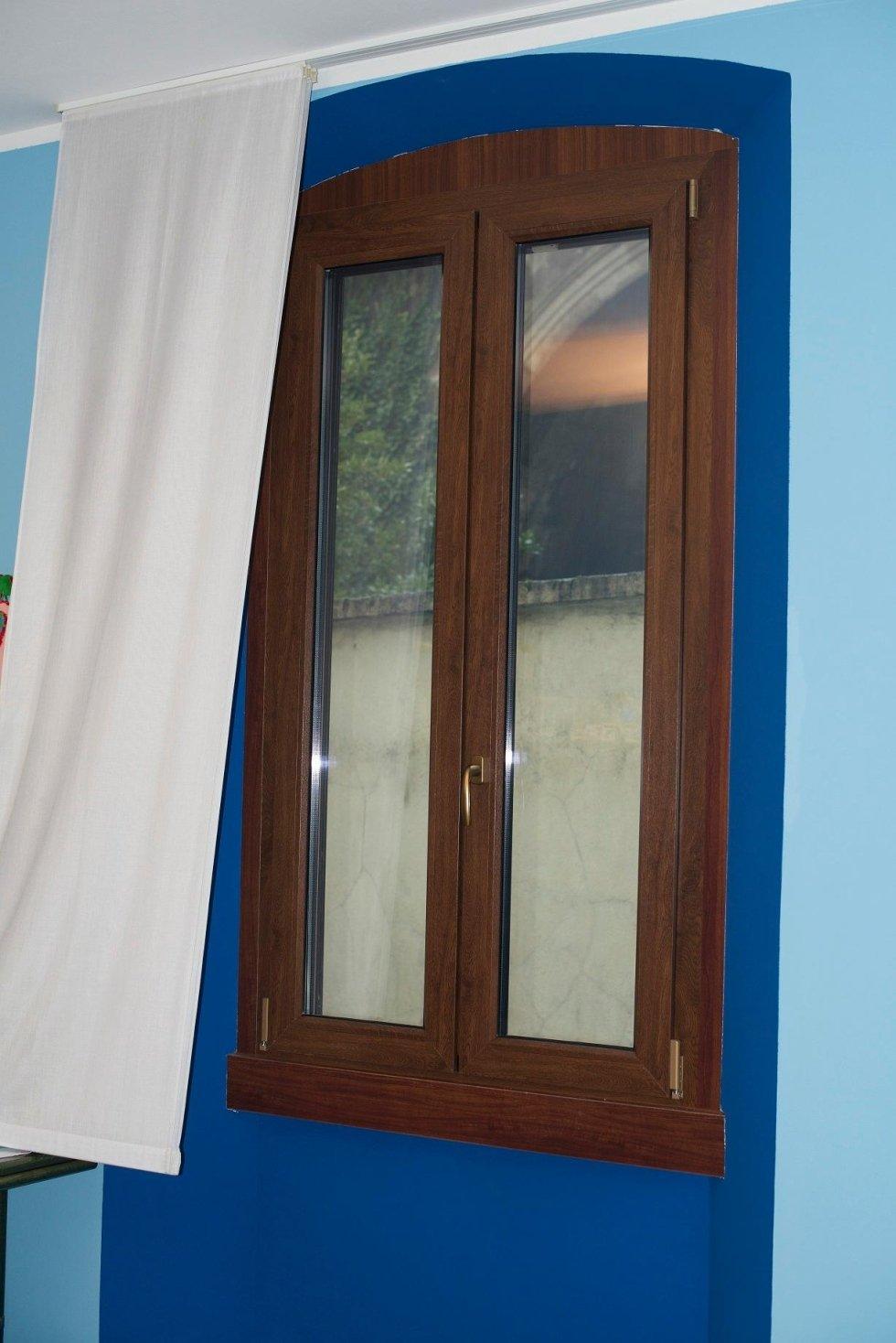 finestra in legno con tenda bianca