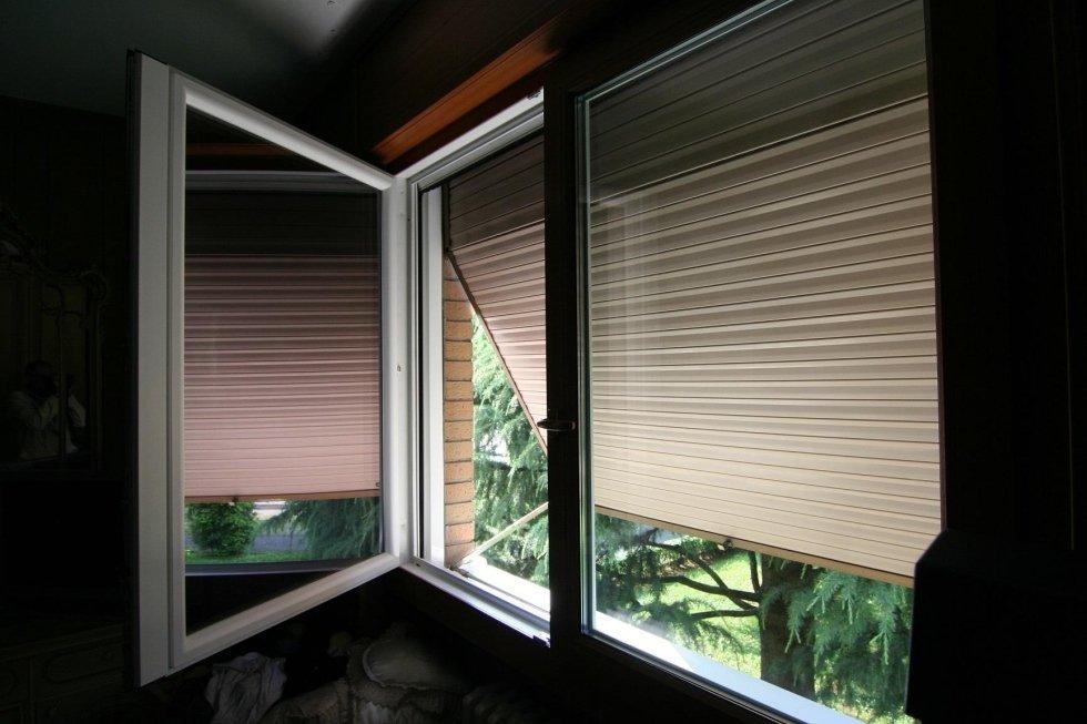 vista laterale di finestra con tapparella