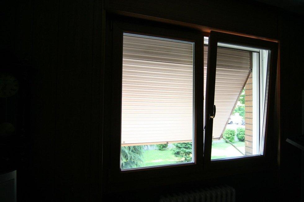 finestra aperta a vasistas con tapparella a plisse`