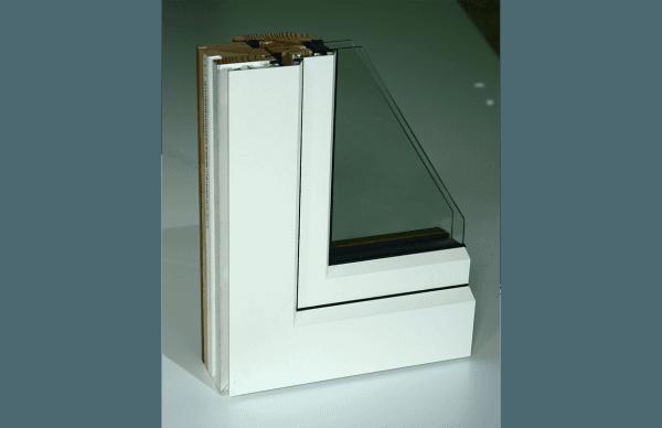 vista frontale infisso in legno chiaro
