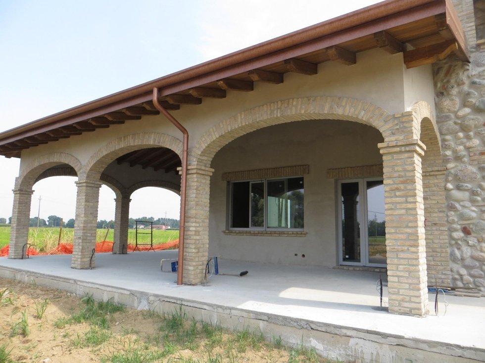 casa indipendente con portici