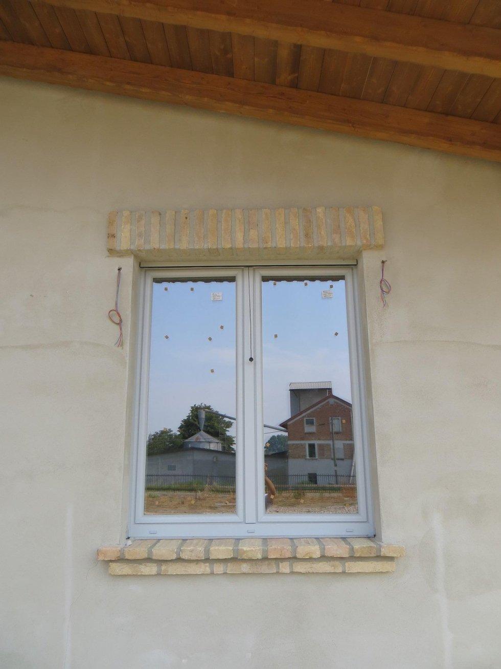 Cornice per finestra in pietra