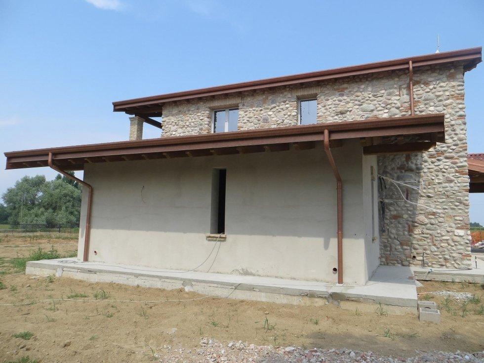 vista frontale casa in pietra