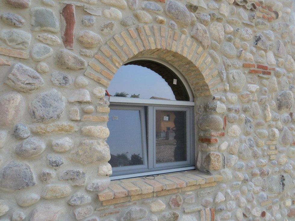 finestra in un muro di pietra