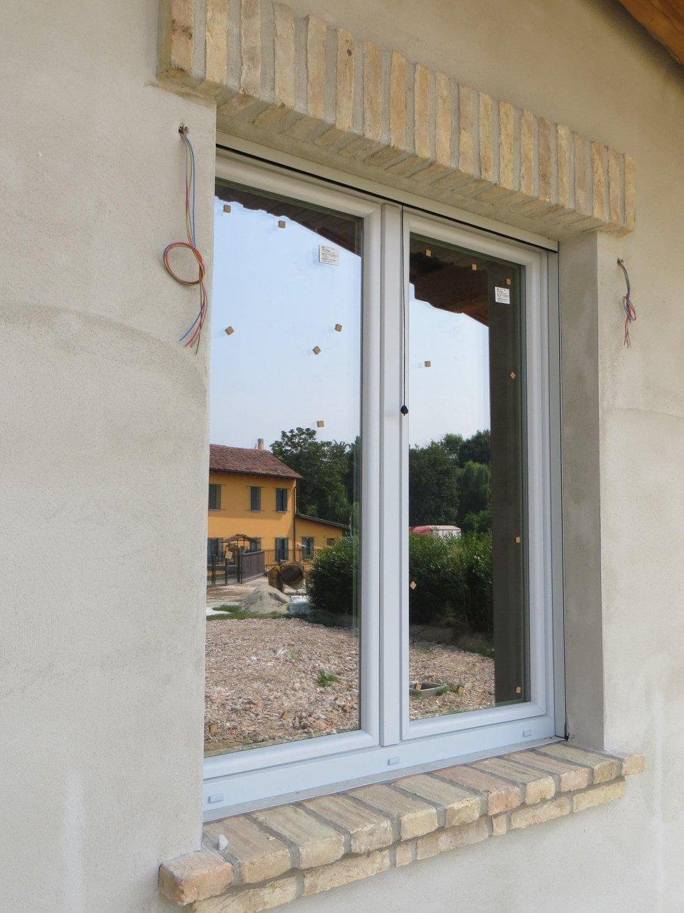 vista esterna di una finestra con fili penzolanti