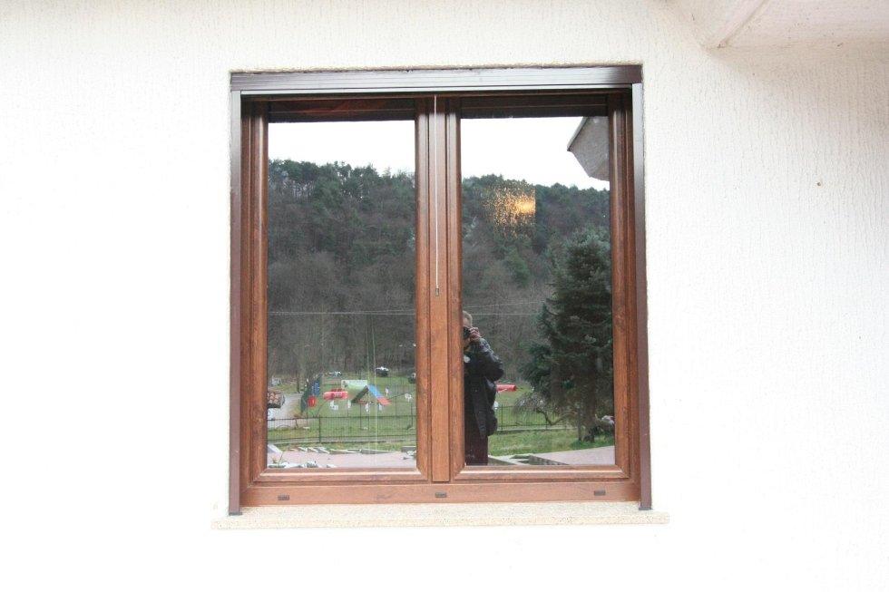 vista dalla finestra di un uomo che fotografa l`edificio con dietro un parco