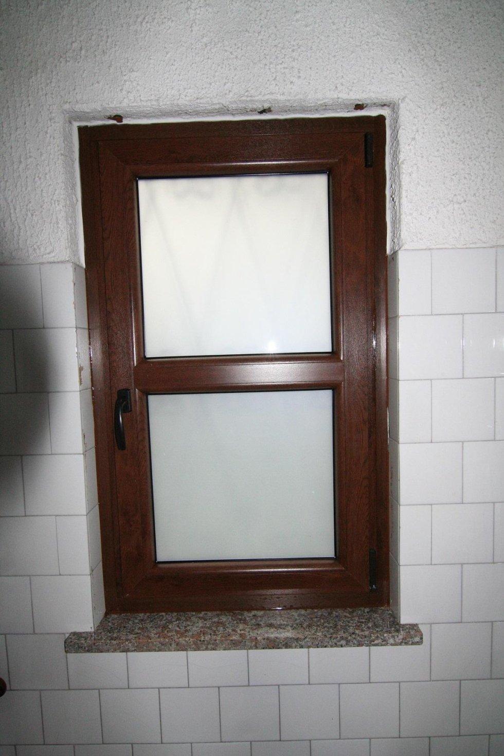 finestra in legno con maniglia marrone