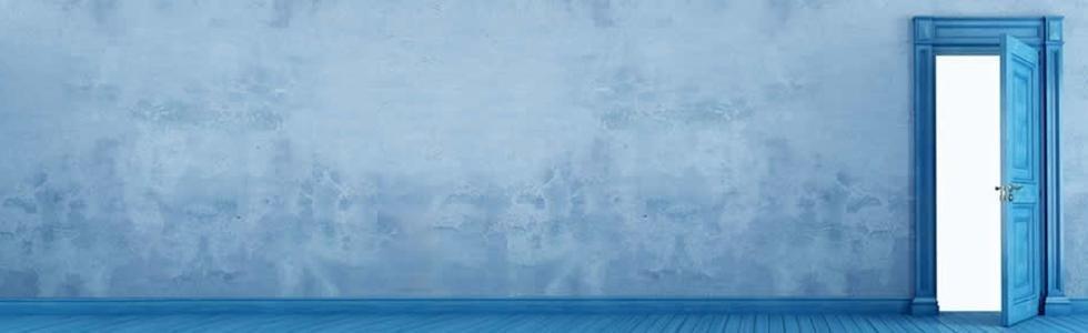 muro sfumato azzurro con porta blu aperta