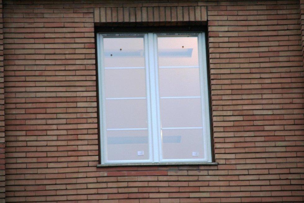 muro di mattoni con la finestra al centro
