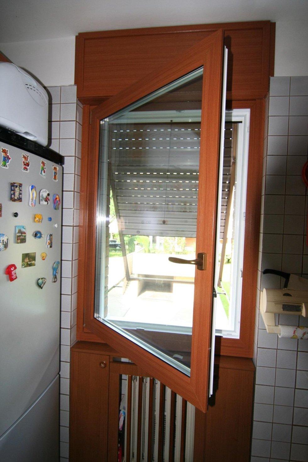 vista da una cucina di una finestra e tenda parasole