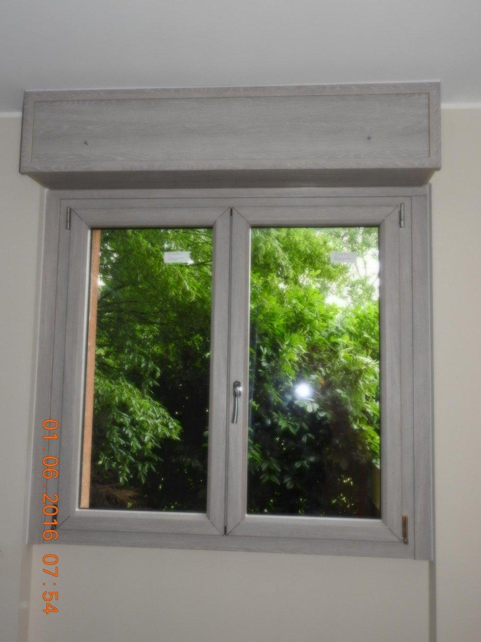 finestra con cornice grigia