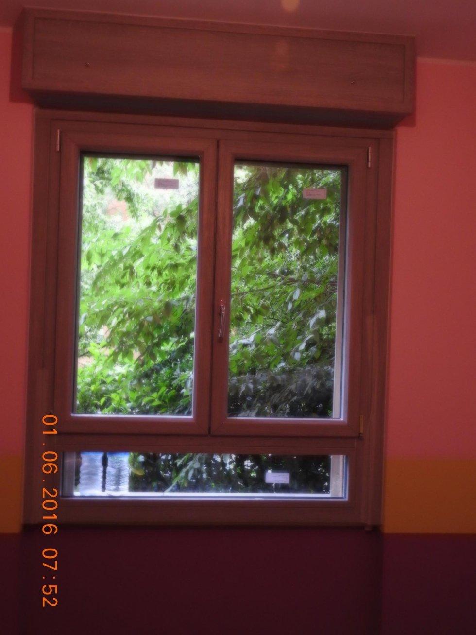 finestra in ciliegio rosso con vista su un albero