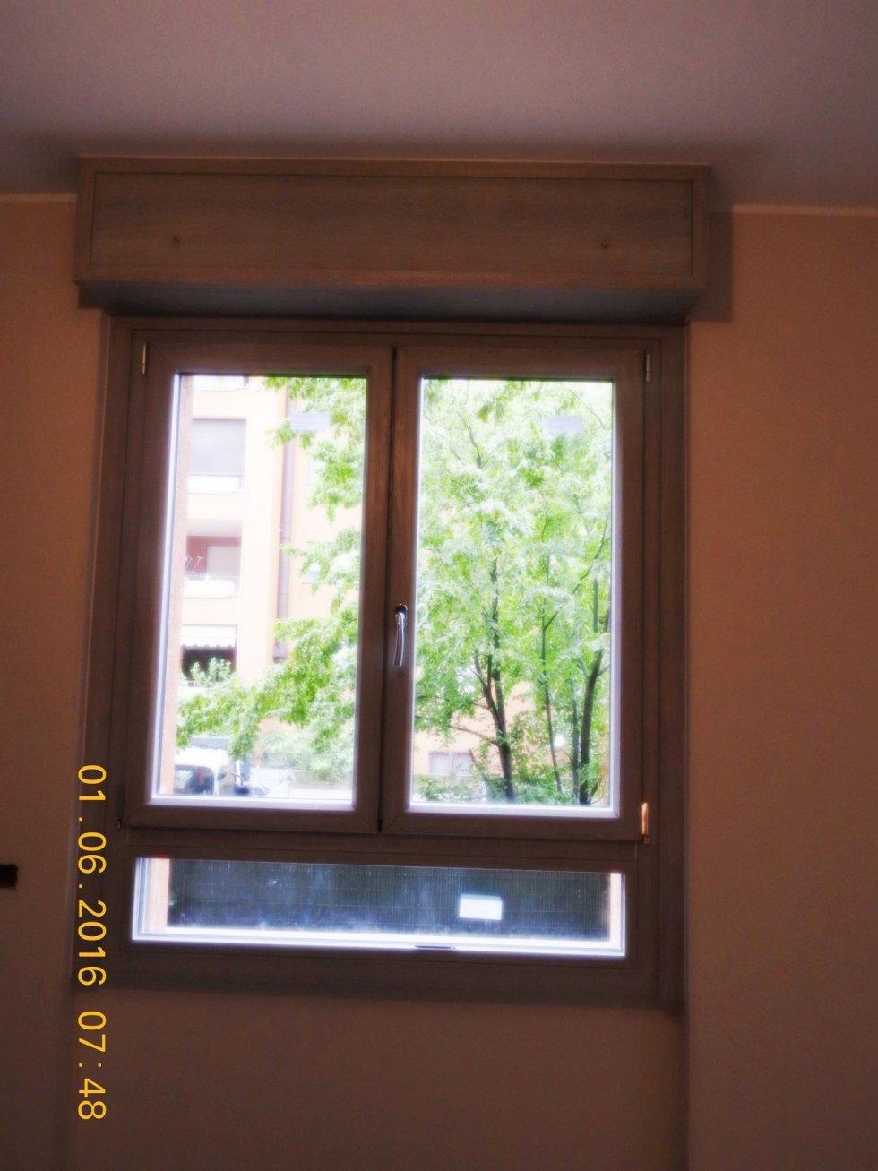 vista frontale di una finestra con cassonetto in legno