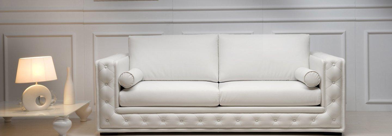 Divano bianco elegante a due posti