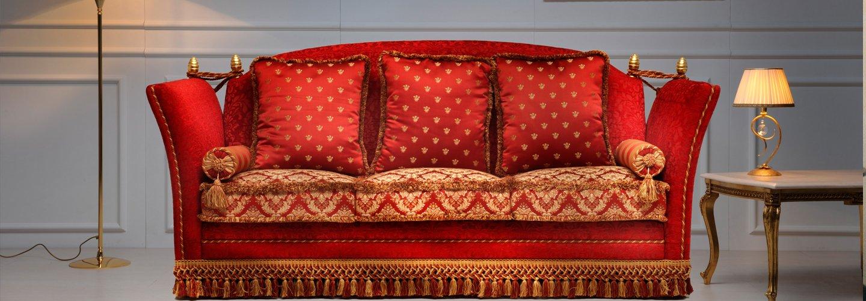 Divano rosso elegante a tre posti
