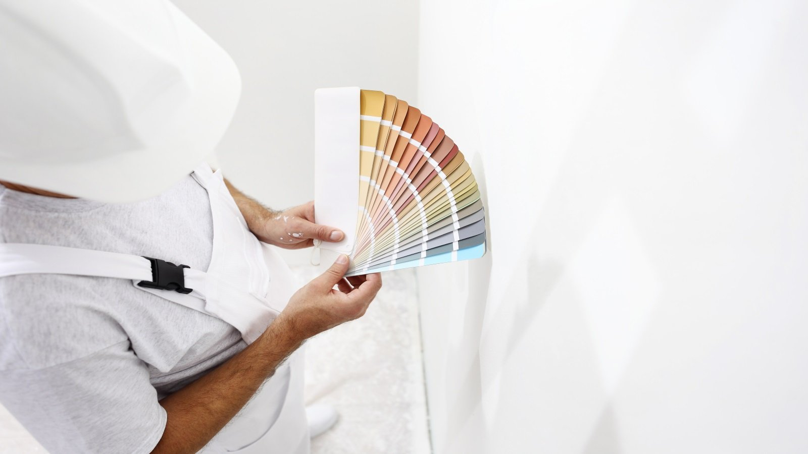 Pittore con tabella di colore in mano
