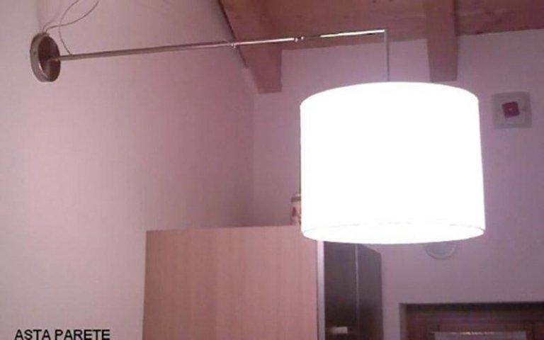 Lampada da parete con asta