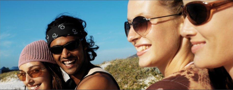 giovani sorridenti con occhiali da sole