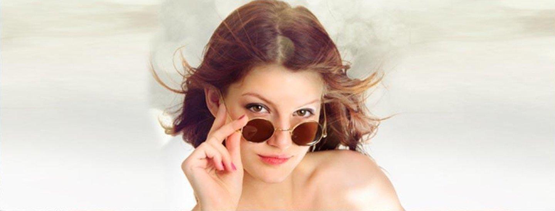 ragazza sorridente con occhiali da sole